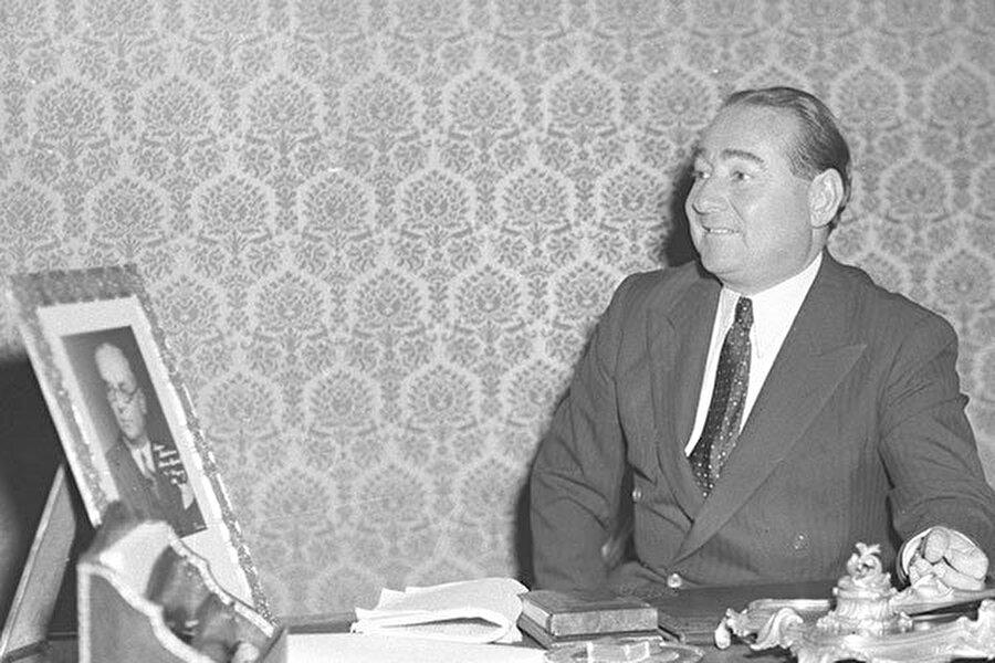 Tarih:16  Mayıs 1952, Türkiye Cumhuriyeti Başbakanı Adnan Menderes, Yunanistan'ı ziyaret eder. Bu ziyarette her iki ülkenin dostluklarının pekiştirilmesi için aralarında, milli takımlar düzeyinde bir futbol maçı yapılması kararı alınır. Çünkü, her iki ülke, NATO'ya girme aşamasındadır ve özellikle Amerika, her iki ülke arasındaki ilişkilerin gelişmesini istemektedir.
