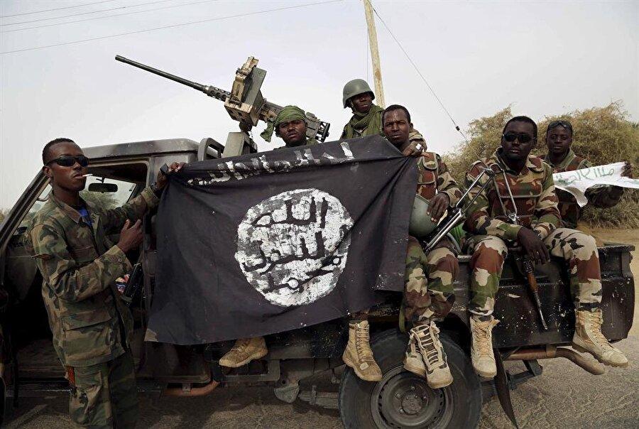 2000'li yılların başında ortaya çıkan Boko Haram örgütü, ülkenin kuzeyinde 2009'dan itibaren şiddet eylemleri düzenleyerek orduyla çatışıyor.