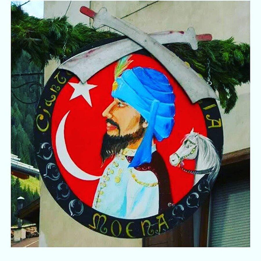 """İtalya- Avusturya sınırında yer alan 'La Turchia' adıyla da tanınan Moena Köyü'nün sakinleri Türklere olan hayranlıklarıyla tanınıyor. Köy sakinlerinin Türklere olan hayranlıklarını 2. Viyana Kuşatmasına sonrasına dayanıyor. II. Viyana kuşatması sonrası yaralı bir Osmanlı askeri, İtalya'da küçük bir kasabaya sığınır. Ölmek üzere olan bu Yeniçeri askeri, köylüler tarafından tedavi edilir. iyileşince de köye yerleşip İtalyan bir kızla evlenir. Kasaba halkının 'El Turco' adını verdiği askerin asıl adı Hasan'dır. Fakat isminden çok """"Balaban"""" lakabıyla tanınır."""