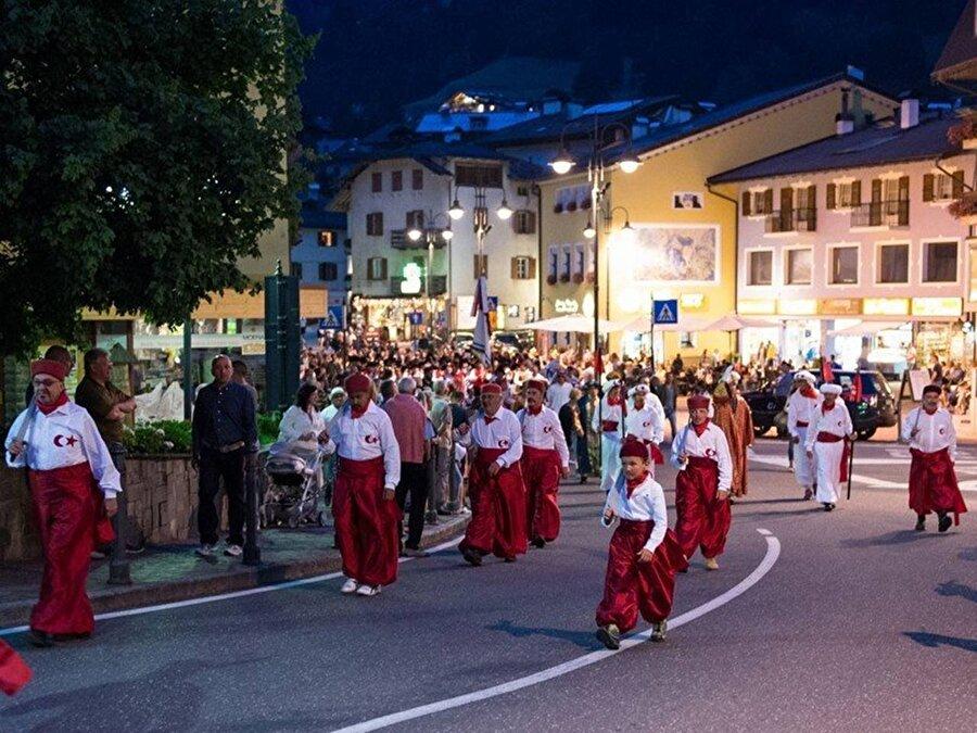 Moena, yaz aylarında 3 bin kış aylarında ise 20 bine yaklaşan nüfusuyla kış turizmine oldukça elverişli bir bölge. Köy sakinleri Türklere olan hayranlıklarını her yıl Ağustos'un 19 ve 21'i arasında yapılan 'Türkiye Festivali'yle gösteriyor.