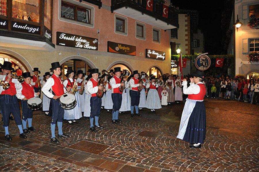 Köy sakinleri, festival boyunca Türk kıyafetleri içerisinde ellerinde ay yıldızlı Türk bayraklarıyla sokağa çıkıyor, IV. Mehmet ve Merzifonlu Kara Mustafa zamanında yaşayıp İtalya köyünde kendini çok sevdiren yeniçeri Hasan'ın kahramanlıklarını anlatıyor. Öte yandan düzenlenen Türk festivali boyunca  her evin penceresine Türk bayrağı asılıyor. Festival boyunca Türk yemekleri yapılıyor ve erkekler takma bıyık takıyor.