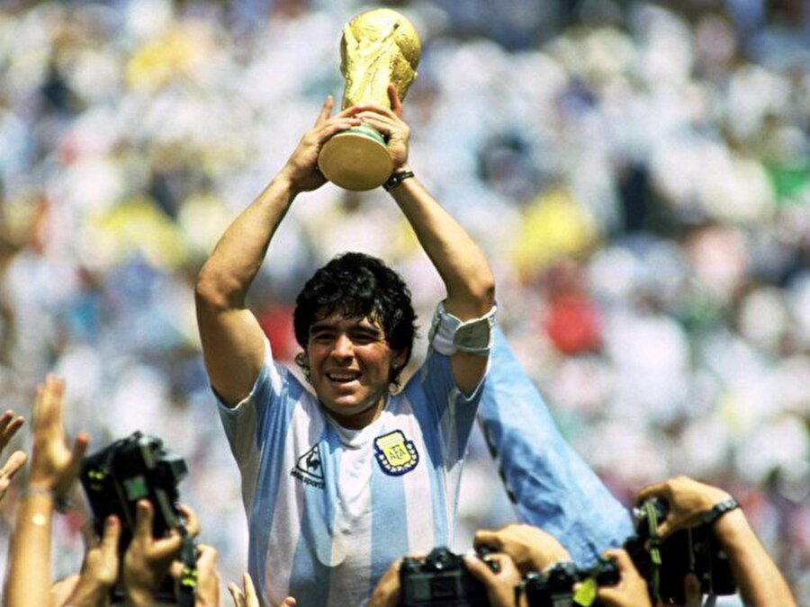 Diego Armando Maradona                                      Bir futbolcu kariyerini nasıl tehlikeye atarın en iyi örneği hiç kuşkusuz Diego Armando Maradona'dır. Defalarca uyuşturucu madde kullandığı için ceza alan Maradona bir türlü uslanmadı. Cezası nedeniyle Maradona 1994 Dünya Kupası'nda üç maç kaçırdı.