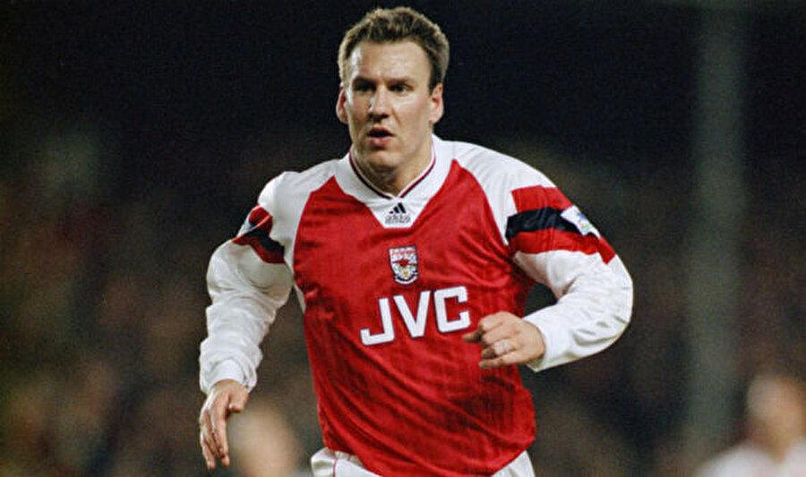 Paul Merson                                      Arsenal'in başarılı orta saha oyuncularından Paul Merson, 1994 yılında uyuşturucu madde kullandığını ve kumar oynadığını itiraf etti. Merson, itirafının ardından 1 yıl sahalardan uzak kaldı. Merson son olarak 2011'de bir trafik kazası geçirdi ve ünlü futbol adamının kanında uyuşturucu madde tespit edildi.