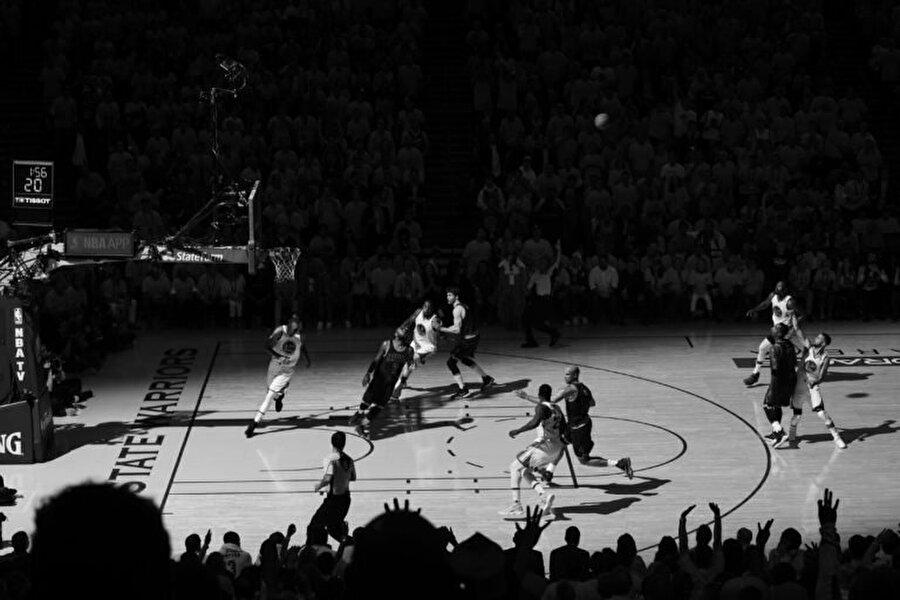 Golden State Warriors'ın Cleveland Cavaliers'a karşı 4-1 üstünlüğüyle tamamlanan 2017 NBA Finalleri, bu yıl görsel anlamda da muhteşem anlara sahne oldu. Getty Images fotoğrafçısı Garrett Ellwood'un özel izinle kurduğu sistem ve flaş tekniği sayesinde çektiği bu kare de onlardan biriydi
