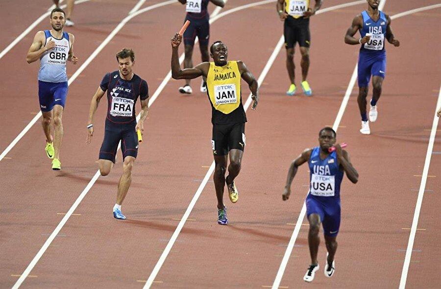 Usain Bolt, batonu takım arkadaşı Yohan Blake'ten alıp son düzlük için köşeyi döndükten birkaç metre sonra sekmeye başladı ve kendisini yere bıraktı. Dünyanın en hızlı adamı için trajik bir son oldu.
