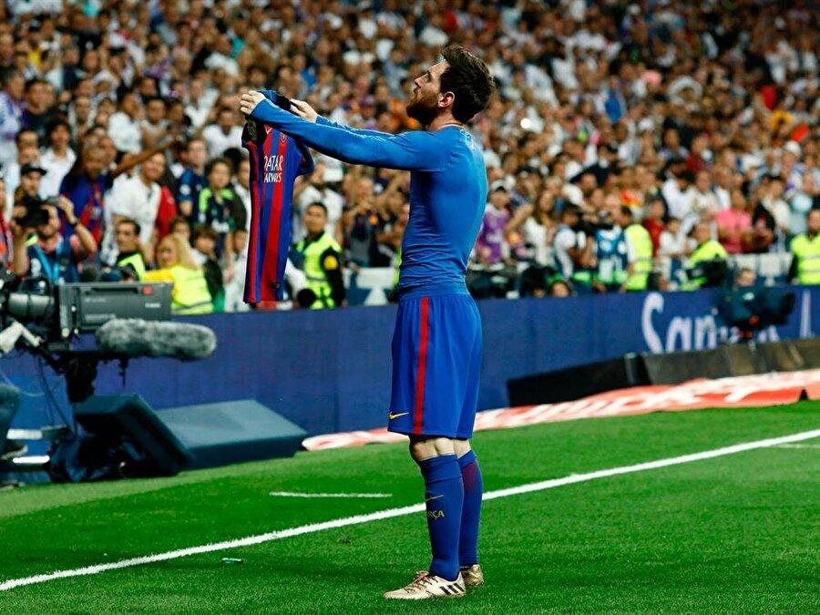 Lionel Messi, Barcelona'nın deplasmanda Real Madrid'i 3-2 yendiği maçta bir hayli hırpalanmış ve hatta Ramos'tan tekme dahi yemişti. Bu atmosferde, son dakikada galibiyeti getiren golü atınca Real Madrid tribünlerine böyle meydan okudu.