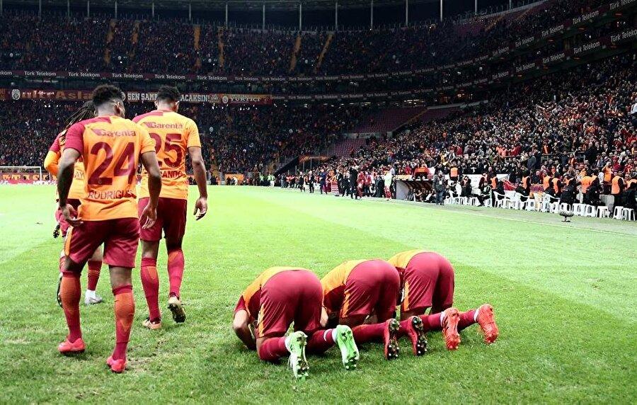 Galatasaray forması giyen müslüman yıldızlar, Kudüs'ü unutmadı ve secdeye gitti.
