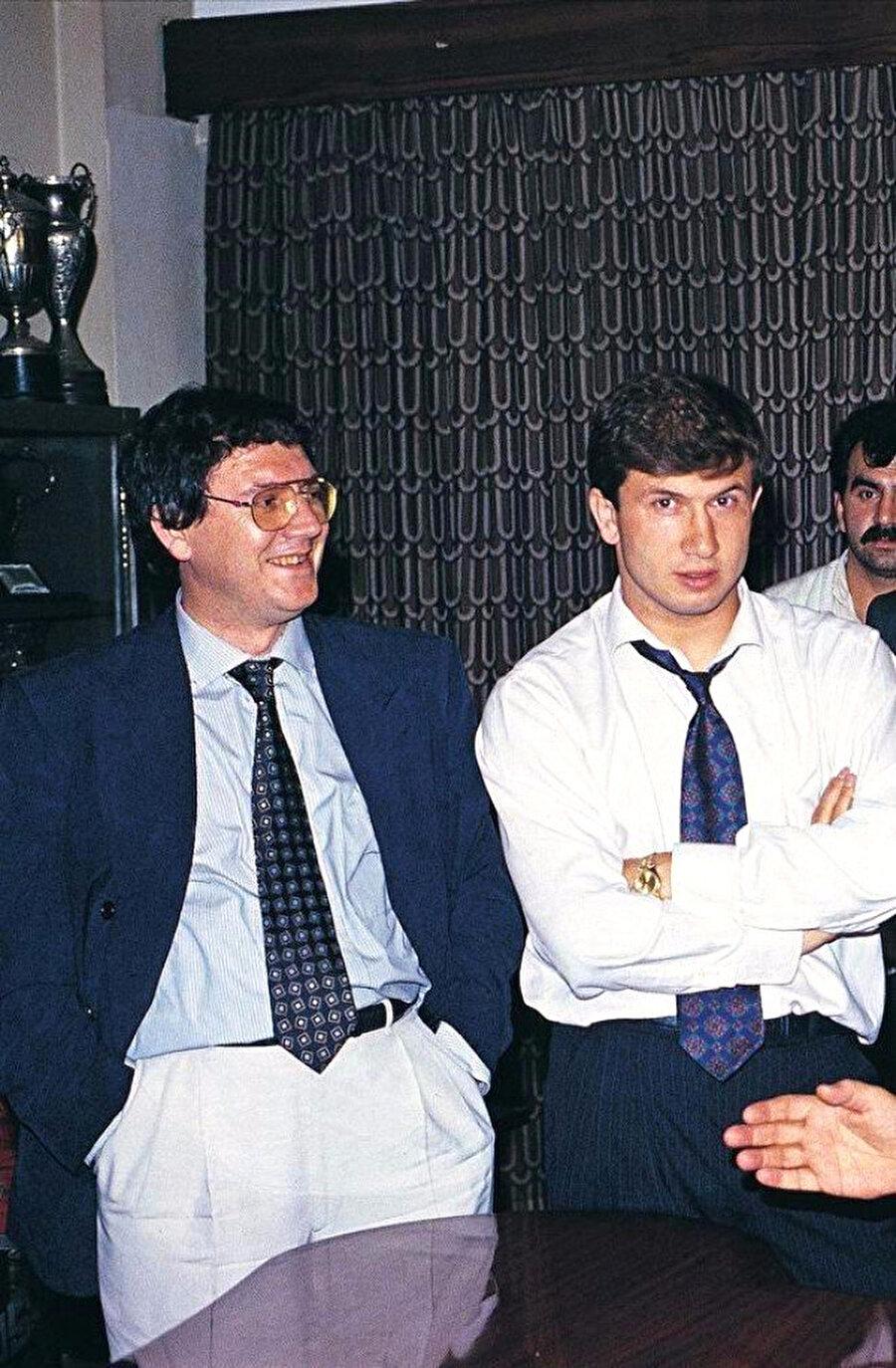 Fenerbahçe aşkı O'nun için çok farklı                                                                           Gazi Üniversitesi mezunu olan Aziz Yıldırım'ın Fenerbahçe aşkı çocukluk yıllarında başladı. Yıldırım, 1990-1992 yılları arasında Fenerbahçe yönetiminde görev aldı. 1991-92 sezonunda Yıldırım, Futbol Şube Sorumlusu olarak görev yaptı.