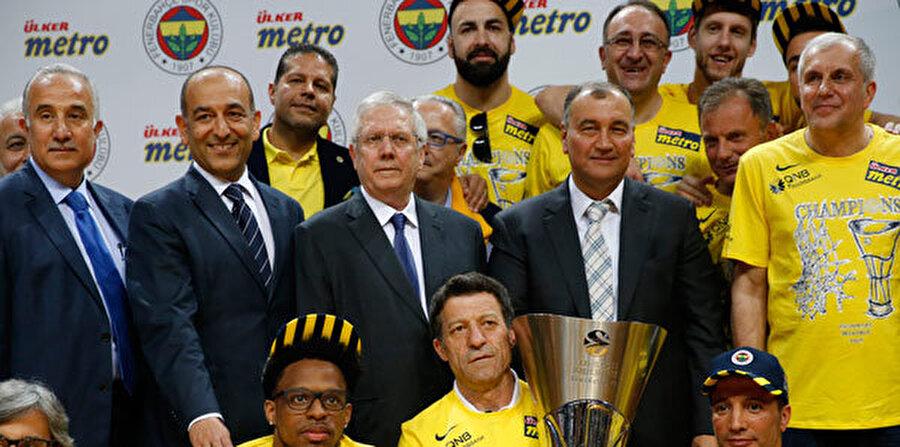 Basketbolda başarılı adımlar                                                                           Aziz Yıldırım'dan önce başarılana hasret olan erkek basketbol takımı dev bir atılım yaptı. İlk olarak Ülker Spor ile birleşen Fenerbahçe, Türkiye'de peş peşe şampiyonluklar yaşadı. Ardından da Avrupa Şampiyonluğu geldi.