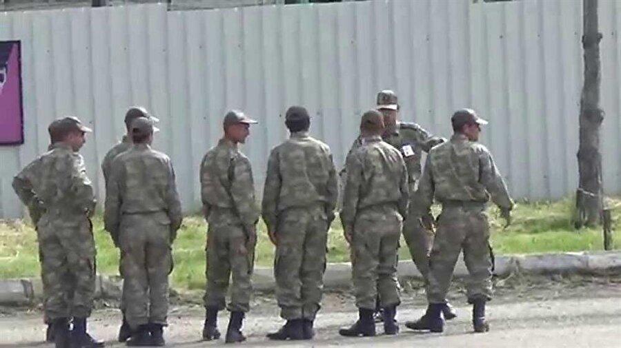 Zafer Yarbay?                                                                                                                Telefon çalar:Acemi Asker: Alo?Zafer Yarbay: Yarbay ZaferAcemi Asker: Burada değil...Zafer Yarbay: Oğlum o benim!Acemi Asker: Şey pardon, emredin komutanım...
