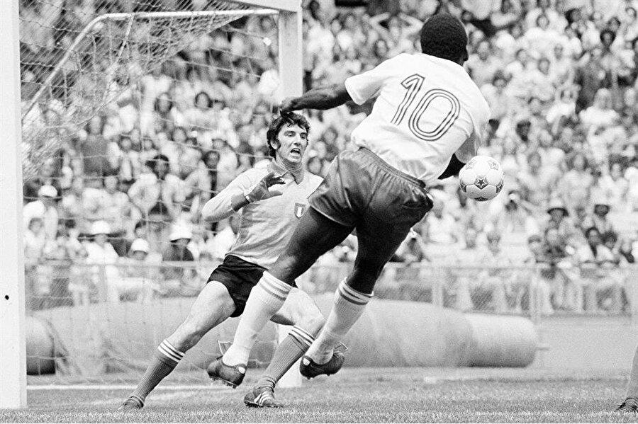 Udinese'nin yetenek avcıları tarafından keşfedilen Zoff, 19 yaşında Serie A'da forma giymeye başladı.
