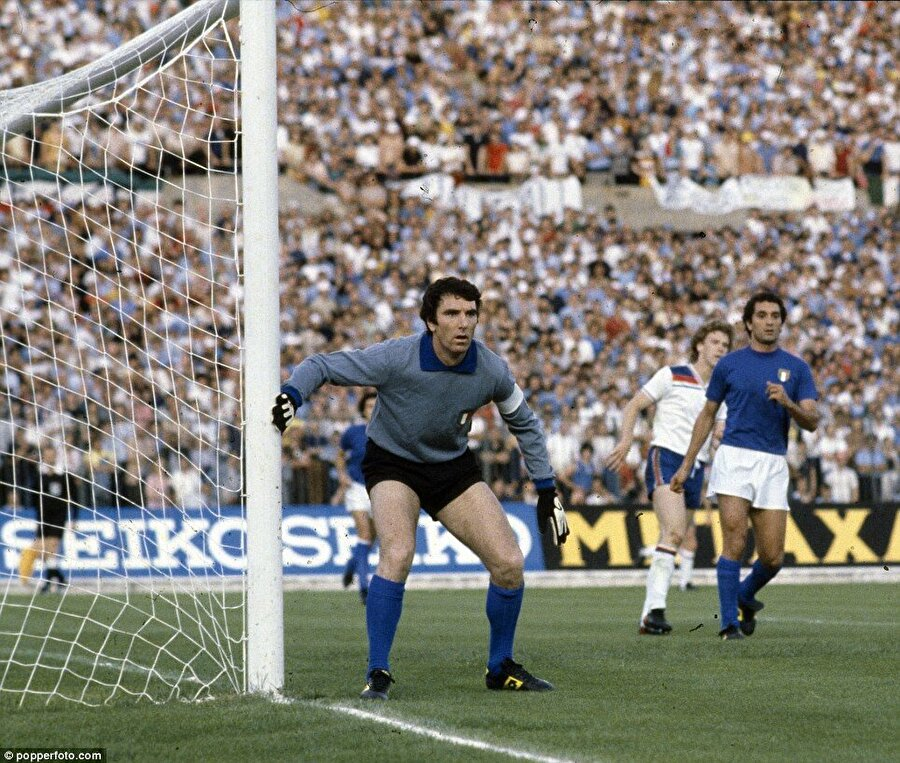 """1961-62 sezonunun 6. haftasında Zoff, Fiorentina karşısında ilk kez sahaya çıkmış ve Udinese maçı 5-2 kaybetmişti. Dino Zoff yıllar sonra o maçla ilgili şunları söyleyecekti: """"Maçtan birkaç gün sonra sinemaya gittim. Film arasında maçın özet görüntülerini verdiler. Koltuğun altına saklanmak istedim"""""""