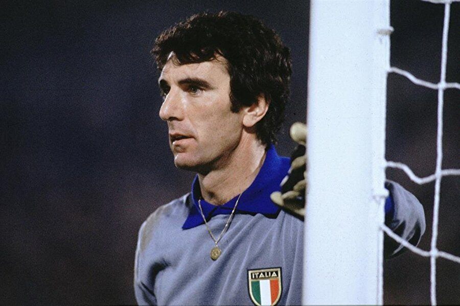 """Dino Zoff'u Dino Zoff yapan; Muazzam kalecilik yeteneklerinin yanı sıra, büyük bir lider olmasıydı. Tüm sahaya hükmeden efsane kaleci, yıllarca Juventus takımına ve Mili takıma kaptanlık yaptı. Kariyeri boyunca parmağı hep havada olan Zoff, tüm takım arkadaşlarının """"abi ve baba"""" olarak gördüğü bir efsaneydi."""