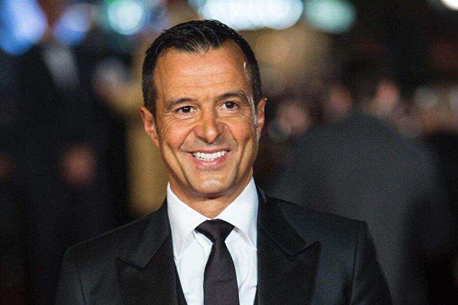 Babası bir fabrika işçisi olan Mendes, 1966'da Lizbon'da doğdu. Mendes'in ailesinin orta halli bir yaşamı vardı. Şimdilerde futbol dünyasının en önemli figürlerinden bir olan Mendes, küçük yaşlarından bu yana çalışarak ev ekonomisine katkıda bulundu.