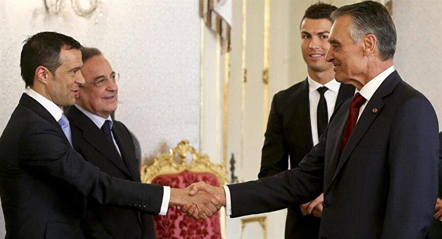 """Real Madrid Başkanı Florentino Peres, 94 milyon avya Ronaldo'yu Manchester United'dan aldıktan sonra onun için """"Oyuncularla sıkı çalışıyor ve devamlı onlara bakıyor' yorumunu yaptı. Ronaldo da 2012'deki bir belgeselde """"Ona çok güveniyorum. O futbol dünyasında bir baba figürü. Oğlum için de vaftiz babası"""" dedi."""