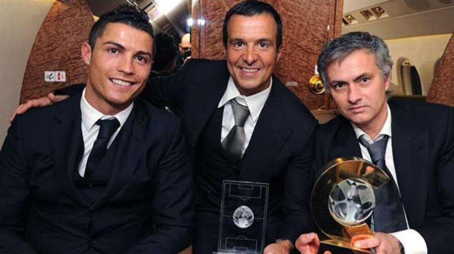 """Mendes için """"Jorge Mendes benim için bir menajerden fazlası. O gerçek bir dost. İkimizin de kariyeri aynı anda başladı. İkimiz için de mutlu bir kariyer oldu"""" ifadelerini kulanan Mourinho, 2004'te Porto ile Avrupa şampiyonu olunca birçok Portekizli futbolcuyu da alıp Chelsea'ye götürdü."""