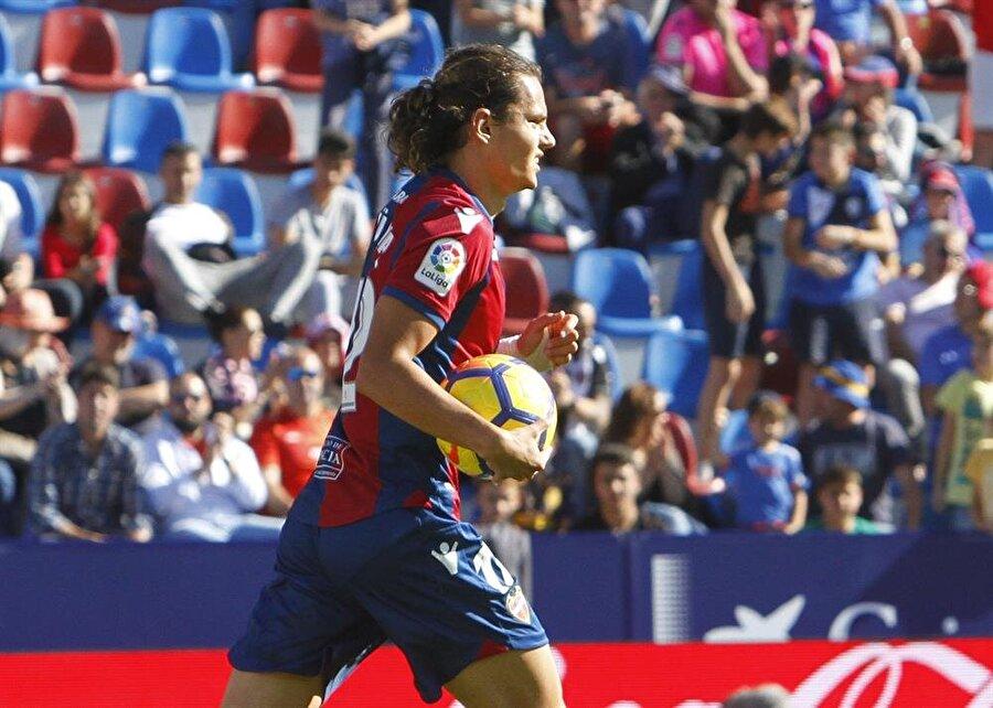 Bilindiği üzere Enes Ünal, sezon başında Villarreal'e imza atmıştı. İlk yarı bitmeden Levante'den gelen 9 maçlık transfer teklifini kabul eden ve Ocak ayına burada oynayan futbolcumuz yeni yılda tekrar Villarreal forması giymeye başladı. Enes Ünal, La Liga'da toplamda 3. golüne ulaştı.