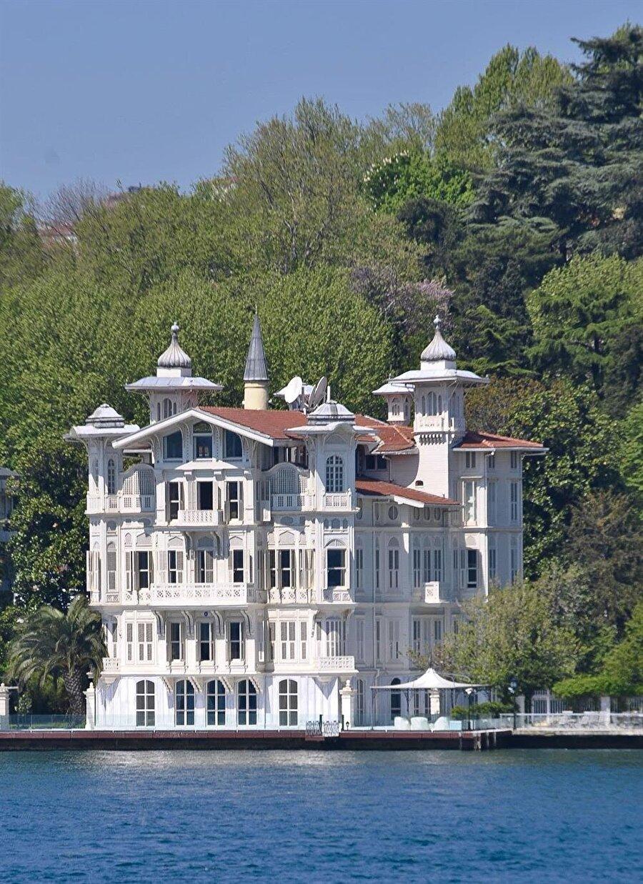 Boğazda 20 milyon liradan 4 yalı alınabilir. Villalar 20 bin liradan kiraya verilebilir.