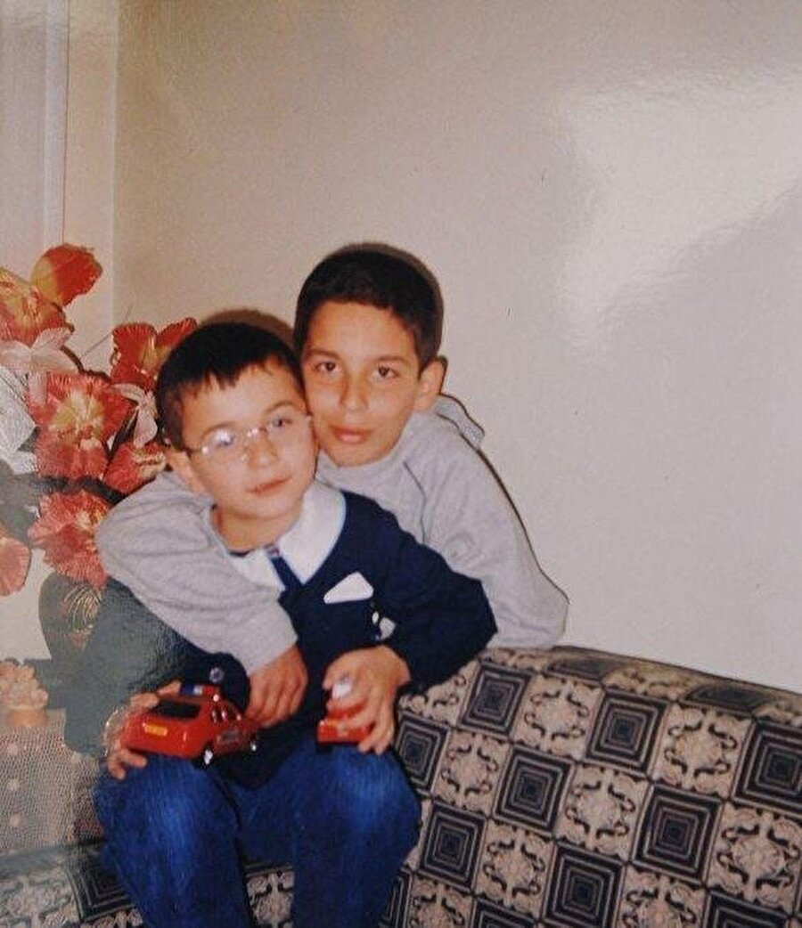 Arda Turan 8 yaşındayken Bayrampaşa Altıntepsi Makelspor'da top koşturmaya başladı.