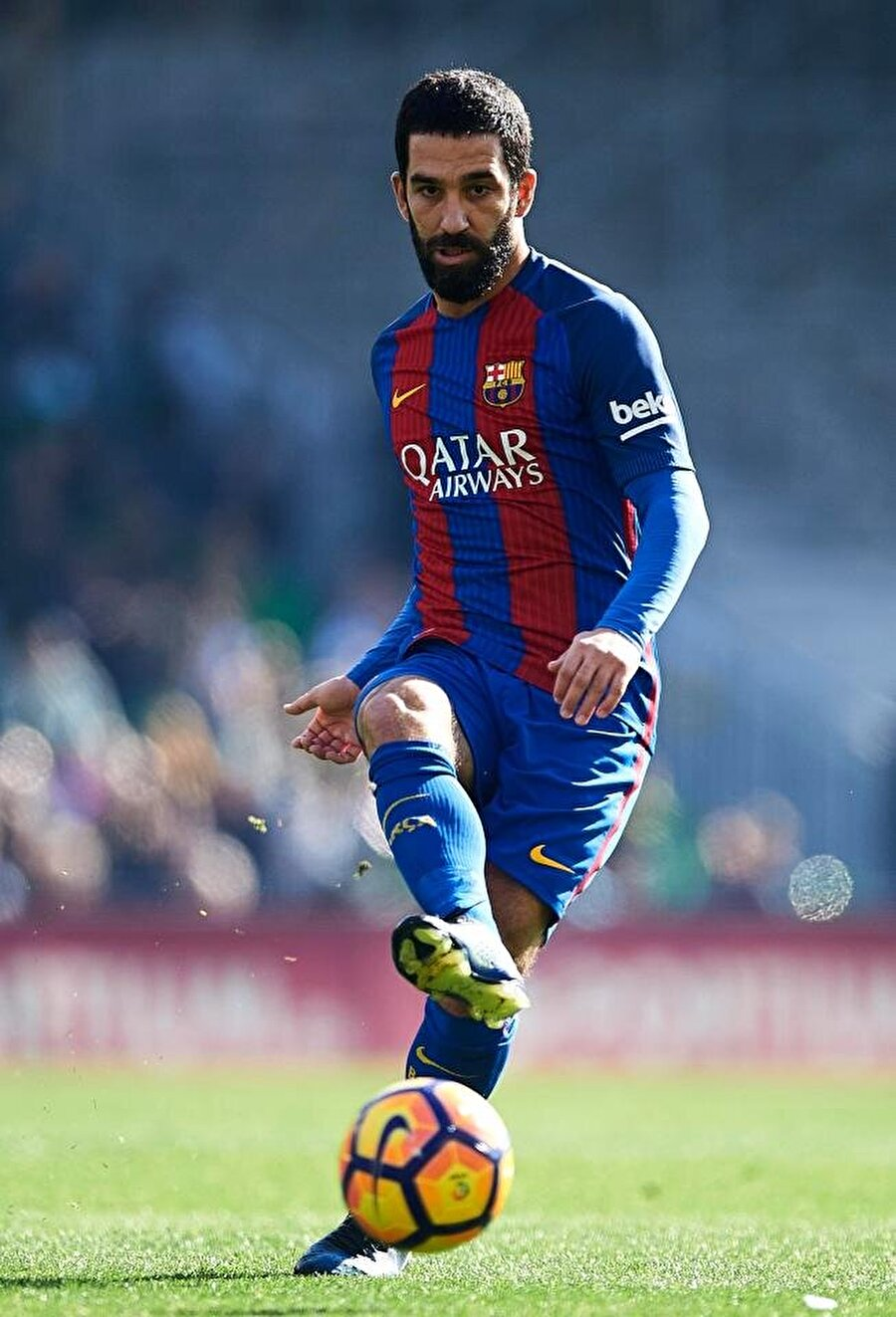 Barcelona formasıyla 55 maça çıkan 15 gol atıp 11 asist yapan Arda Turan kısa sürede taraftarların sevgilisi oldu. İspanyol medyası da Arda Turan'ı yere göğe sığdıramadı.