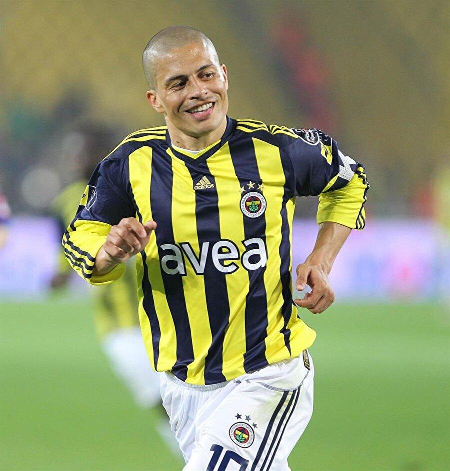 Alex de Souza Sekiz yıl boyunca Fenerbahçe forması giyen Alex de Souza yalnızca Türkiye'de 'koşmuyor' diye eleştirildi. Sambacı ülkesi Brezilya'da ise her daim ' futbol zeka'sıyla takdir topladı. Ne kadar eleştirilse de Fenerbahçelilerin gönlünde ayrı bir yere sahiptir Alex... Alex de Souza sarı-lacivertli forma altında 3 Süper Lig, 2 Süper Kupa ve 1 Türkiye Kupası başarısı yaşadı. Alex ayrıca 2006-2007 ve 2010-2011 sezonlarında Süper Lig'de gol krallığı unvanını elde etti.
