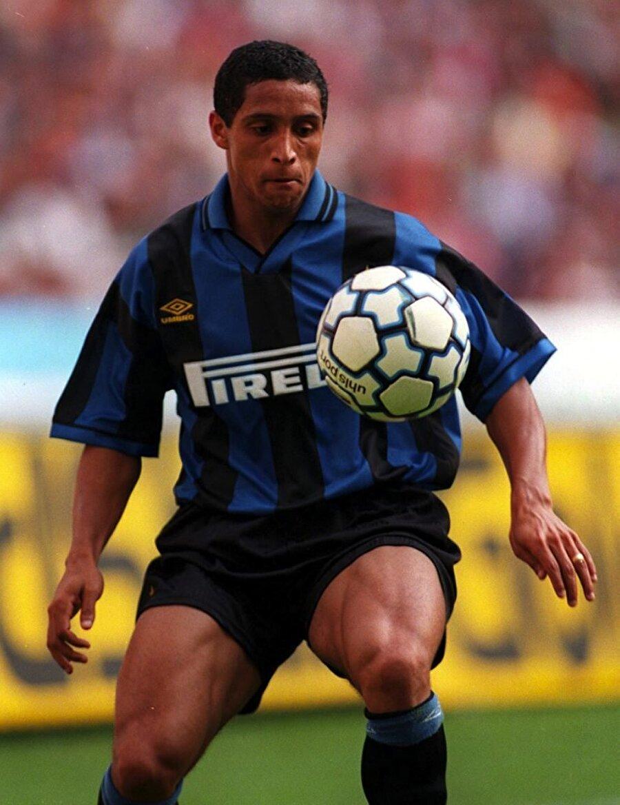 Roberto Carlos 1995 yılında Palmeiras'ta keşfettiği Roberto Carlos'u 3.5 milyon avro karşılığında kadrosuna katan Inter, teknik direktör Roy Hodgson ile anlaşamamasından dolayı Roberto Carlos'u sezon sonu Real Madrid'e sattı. Sonrası malumunuz. Roberto Carlos halen tarihin gelmiş geçmiş en iyi sol beki olarak gösteriliyor.