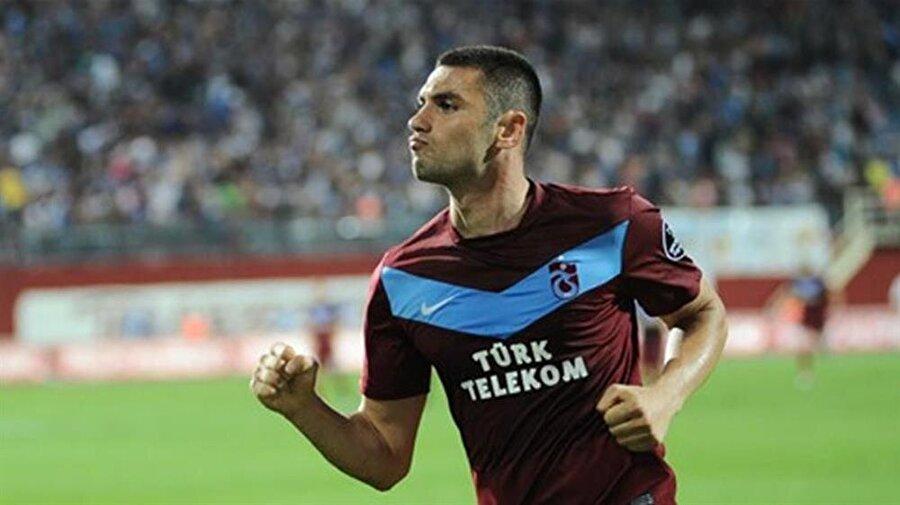 BURAK YILMAZ                                      Gökhan Ünal transferine karşılık, 2009-2010 sezonunun ikinci yarısında Fenerbahçe'den Trabzonspor'a giden Burak Yılmaz, Şenol Güneş'in başında bulunduğu bordo-mavili ekibin formasını giyerek, kariyerinde önemli bir döneme başladı.      Burak, bordo-mavili takımda forma giydiği 2010-2012 yılları arasında oynadığı maçlarda 58 gol atarak dikkatleri üzerine çekti. 86 maçta ilk 11'de forma şansı bulan Burak Yılmaz, 2011-2012 sezonunu da attığı 33 gol ile krallık tacını taktı.Sergilediği performansla yurt dışından takımların da talip olduğu Burak, 2012-2013 sezonu öncesi 5 milyon avro bonservis bedeliyle Galatasaray'a transfer oldu.