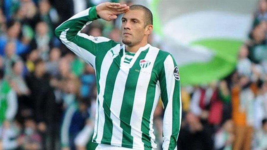 FERNANDAO                                      Geçen sezon devre arasında Atletico Paranaense'den kiralık olarak Bursaspor'a gelen Fernandao da Güneş yönetiminde üstün bir performans ortaya koyarak 64 resmi maçta 38 gol attı. Spor Toto Süper Lig'de 22 gol atan Brezilyalı forvet, 2014-2015 sezonunda gol krallığı tacını taktı.