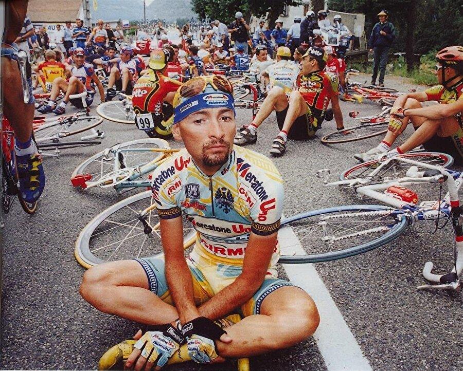 Marco Pantani                                      13 Ocak 1970 doğumlu Marco Pantani, 34 yaşında 14 Şubat 2004'te vefat etti. Fransa Bisiklet Turu'nu altıncı kez kazanan İtalyan sporcu olan Marco Pantani'nin hayatı 1999'da değişti. Kanında doping tespit edilen sporcu İtalya Bisiklet Turu'ndan çıkarıldı. Cezasının ardından bisikletine kavuşan Pantani hakkında sürekli olarak söylentiler çıkıyordu. 14 Şubat 2004'te ünlü sporcu bir otel otasında ölü bulundu. Pantati'nin fazla dozda uyuşturucu kullandığı için vefat ettiği ortaya çıktı.