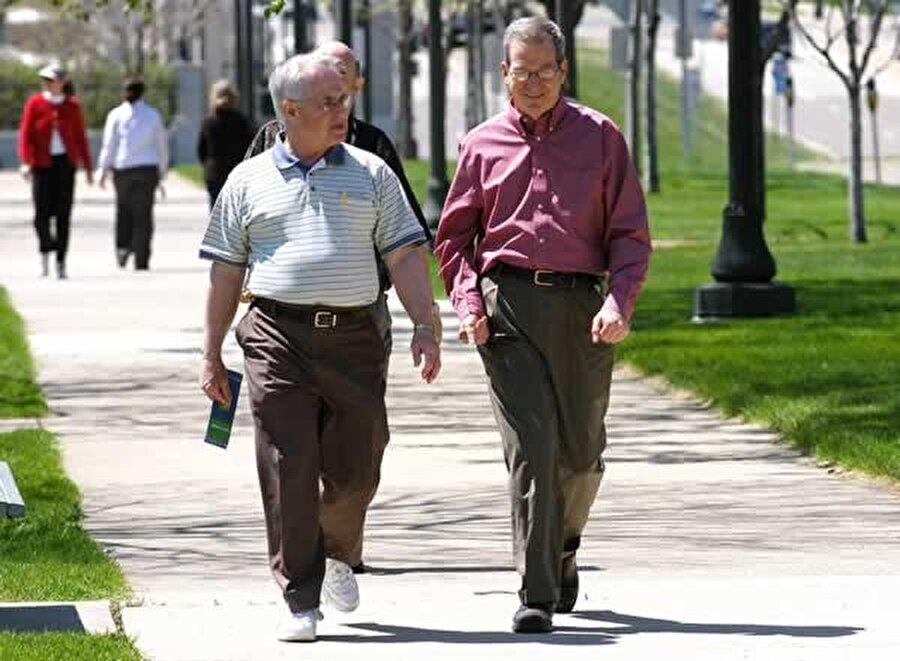 Kollarımızı yürürken neden sallarız?                                      Yapılan araştırmalar neticesinde yürürken kolların sabit bırakılması neticesinde, sallandığı haline göre vücudun %12 daha fazla enerji harcadığı ortaya çıktı. Yani vücudumuz daha az enerji harcamak için otomatik olarak yürürken kollarımızı sallamamızı ister.