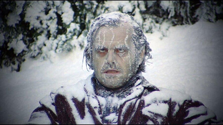 Buzlar cildimize neden yapışır?                                       Buza dokunulduğu anda vücudumuzdan yayılan ısı buzun belli bir kısmının erimesine sebep olur. Bu durum sonrasında cildimizle buz arasında ince bir su katmanı meydana gelir. Suyun ısı iletkenliğinin yüksek olması dolayısıyla buz erimiş haldeki sudan ısı alacak şekilde suyun yeniden donmasını sağlar. Bu durumda cildimiz buza yapışmış olur.