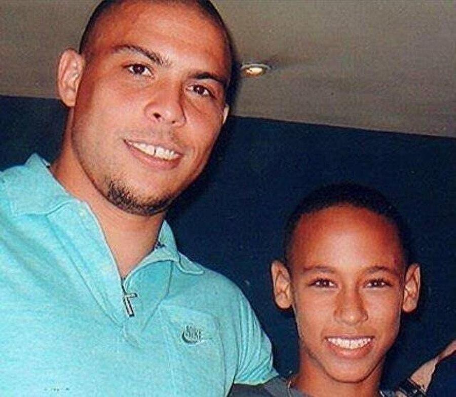 Her Brezilyalı gibi Neymar'ın da genlerinde futbol hakimdi(!) 1999-2003 yılları arasında Neymar, Portuguesa Santista takımının altyapısında oynadıGenç futbolcu fakir bir ailenin çocuğuydu. Bu durum onun futbola sıkı sıkıya asılmasını sağladı. O yıllarla ilgili ünlü futbolcunun babası şu cümleleri kuruyor: Neymar, geri kalmış bir mahallede büyüdü. Şehrin bütün çöplüğü burada toplanırdı, yaşadığımız yerde. Bahsini ettiğim çok uzun zaman öncesi de değil. 2008 yılına, yani Neymar profesyonel futbola başlayana kadar burada yaşadık.
