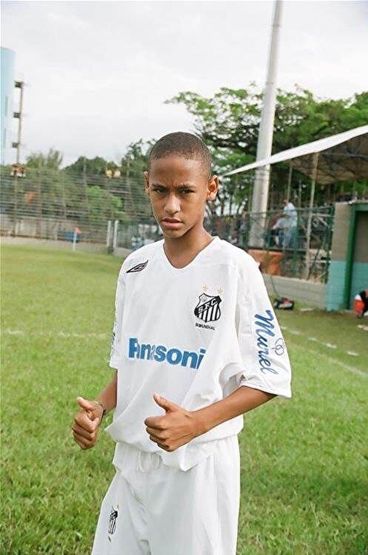 Forvet hattında görev alan Neymar, 2003 ila 2009 yılları arasında Santos'un altyapısında top koşturdu.