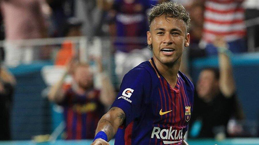 2013 yılında gelecek vaat eden isimler arasında gösterilen Neymar, Barcelona'ya transfer oldu.
