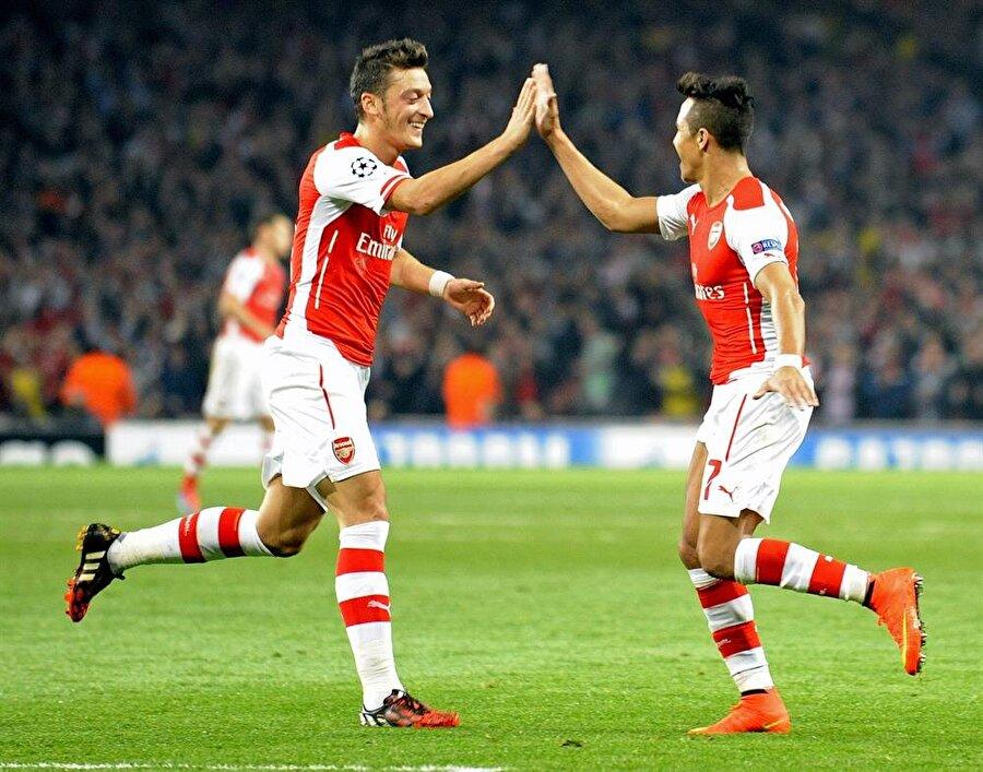 ARSENAL İÇİN KARAR ANI                                      Premier Lig'de Arsenal'in düştüğü duruma son yıllarda hiçbir takım düşmedi. Takımının en çok kazanan ve en iyi iki oyuncusu olarak gösterilen Alexis Sanchez ve Mesut Özil,'in sözleşmeleri 6 ay sonra bitecek ve Şilili şu anda gemiyi ilk terk edecek isim gibi görünüyor.