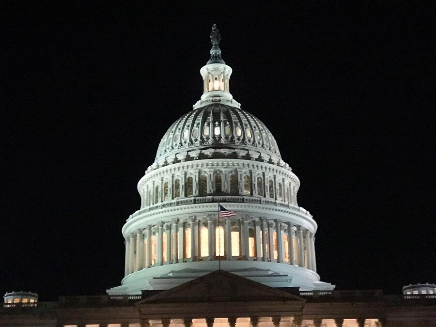 """Hükümet kapanması durumunda neler olabilir?                                      ABD'de süren bütçe görüşmelerinin neticeye bağlanamaması ve bunun sonucunda yeni yılın bütçe ve geçici bütçesinin çıkarılmasına """"hükümet kapanması"""" (government shutdown) denir."""