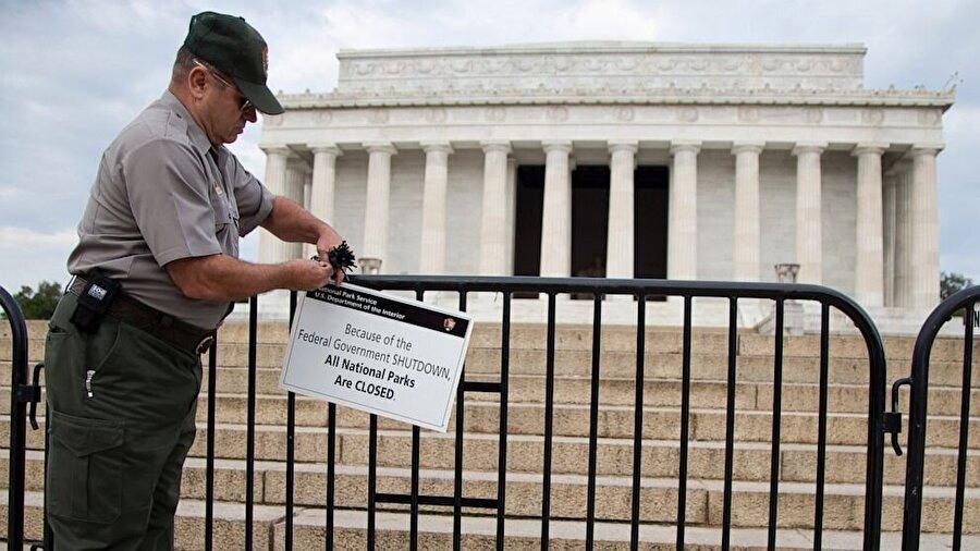 """Hükümet kapanınca ne oluyor?                                      Bütçe görüşmelerinin olumsuz sonuçlanmasıyla ortaya çıkan """"government shutdown"""" ile hükümet çalışanlarının büyük bölümü """"ücretsiz izine"""" ayrılır. Milli Parklar, müzeler, paraport hizmetleri, sağlık hizmetlerinin bir bölümünün kapanmasıyla birlikte kamu teşkilatlarının onayıyla verilecek olan banka kredileri durdurulur.En uzun kapanma dönemi 1995 sonunda 21 gün sürmüştür."""