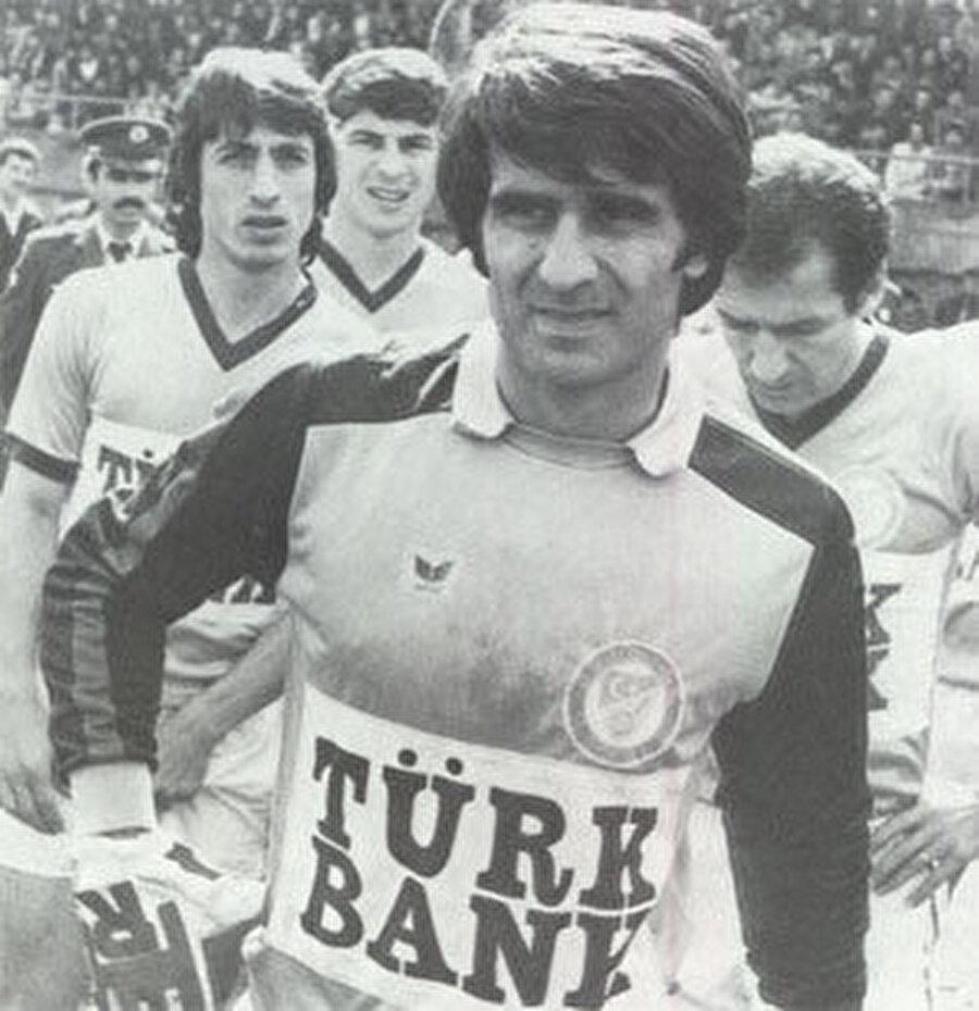 Şenol Güneş, 1 Haziran 1952'de Trabzon'da dünyaya geldi. Futbol kariyerine Akçaabat Sebatspor'da başlayan Şenol Güneş, kaleci pozisyonunda görev alıyordu. Yetenekleriyle dikkat çeken Şenol Güneş, Trabzon'un bir diğer kulübüne transfer oldu.