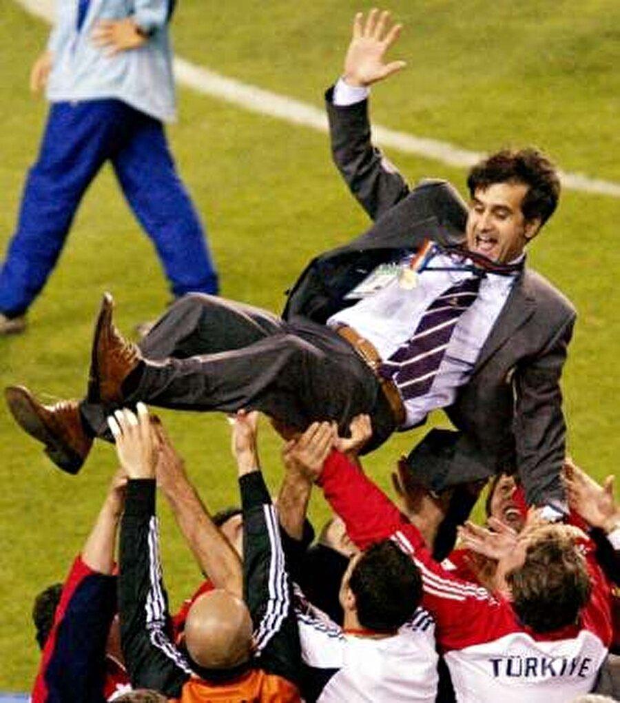 2000-2004 yıllarında ay-yıldızlı ekibi çalıştıran Şenol Güneş, Türkiye'ye büyük bir başarı yaşattı. Güneş önderliğindeki A Milli Takım, 2002 Dünya Kupası'nda üçüncü oldu.  2003 yılında ise Türkiye, Konfederasyon Kupası'nda dünya üçüncüsü oldu.