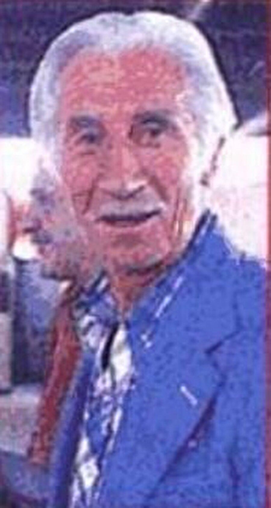 """Cihat Arman'ın yeteneklerinin yanı sıra harika bir zekaya sahip olduğunun kanıtı bir hikaye ile efsanenin yaşam hikayesine nokta koyalım;          Futbolun iki efsane ismi Beşiktaşlı Şükrü Gülesin ile Fenerbahçeli Cihat Arman arasında 1939-1940 sezonunda ilginç bir olay yaşandı. Mithatpaşa Stadı'nda oynanan maça ilgi büyüktü… Tribünler tıklım tıklımdı… Beşiktaş'ın başarılı golcüsü Şükrü Gülesin, Hüseyin Saygun'un pasıyla atağa kalktı. Şükrü'yü durdurana aşk olsun. Güçlü fiziğiyle rakiplerinin korkulu rüyası olan Şükrü, Fenerbahçeli defans oyuncusu Rafet ile baş başa kaldı. Rafet ne yaptıysa Şükrü'yü durduramadı. En sonunda da penaltı yaptıracağını düşünün Rafet, Şükrü'yü bıraktı. Tribünler ayaklandı, herkes Şükrü Gülesin'in gol atacağını düşünürken beklenmedik bir hareket Cihat Arman'dan geldi.     Cihat Arman kimselerin aklına gelmeyen bir oyun oynadı Şükrü Gülasin'e... Şükrü meşin yuvarlağı ağlara göndermeye hazırlanırken Cihat Arman el kol işareti yapmaya başladı. """"Geçti artık"""" gibilerinden hareketler yapan Cihat, Şükrü'nün aklını karıştırdı. Cihat'ın hareketlerine anlam vermeye çalışan Şükrü, öfke dolu bir halde topu kale direğinin üzerinden auta gönderdi.      Topu dışarı gönderen Şükrü Gülesin, """"Ne faulü"""" diye hakeme doğru koşmaya başladı. Hakem ise şaşkın şakın etrafına bakmaya başladı. Şükrü Gülesin hakeme itiraz ediyor, pozisyonun ne ofsayt ne de faul olduğunu anlatmaya çalışıyordu. Hakem güçlükle Şükrü'ye düdük çalmadığını anlattı ve efsane futbolcunun adeta başından aşağı kaynar sular döküldü. Şükrü Gülesin, Cihat Arman tarafından gole giderken kandırıldı. Gülesin, """"Kaptan, düdüğü değil seni dinledik. Bir golden olduk ama helal olsun. İyi kandırdın beni"""" dedi."""