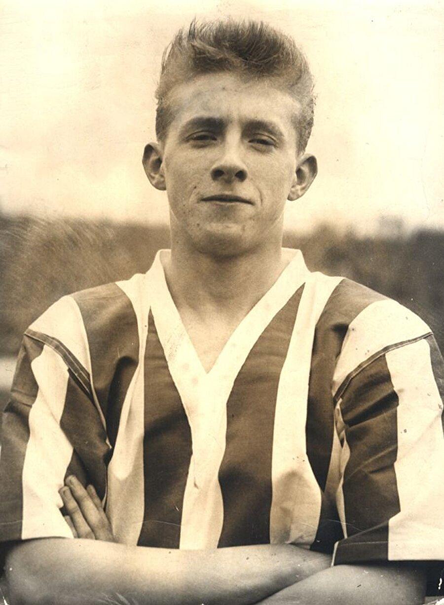 Denis Law, 24 Şubat 1940'ta İskoçya'nın Aberdeen şehrinde dünyaya geldi. Küçük yaşlarda futbola başlayan Denis Law, 1956 yılında İngiliz ekibi Huddersfield Town ile profesyonel kariyerine adım attı.
