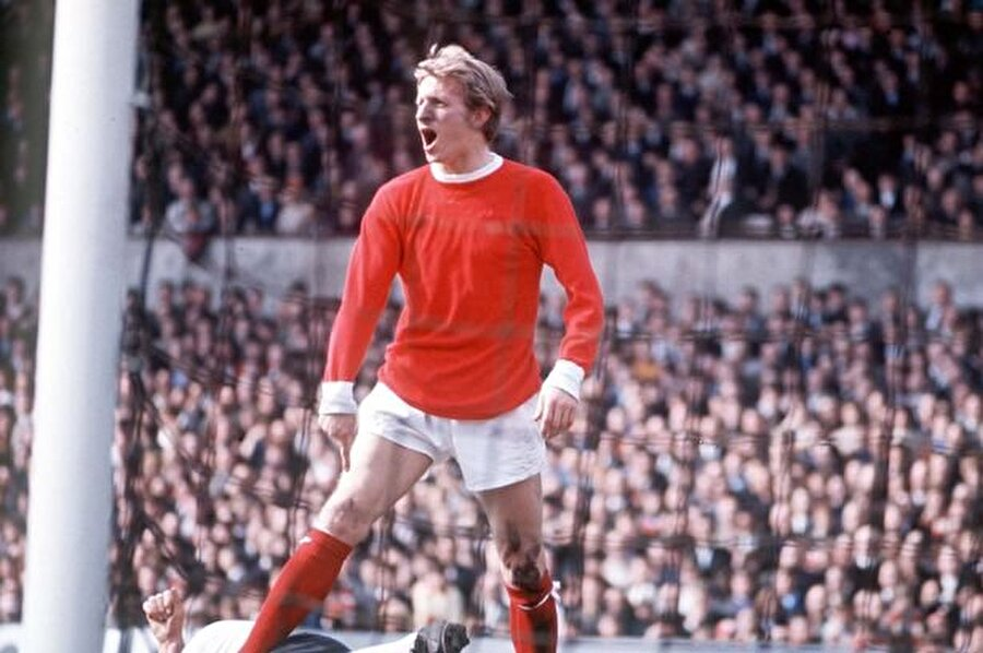 İskoç futbolcu ManU formasıyla ilk maçına 18 Ağustos 1962'de çıktı.