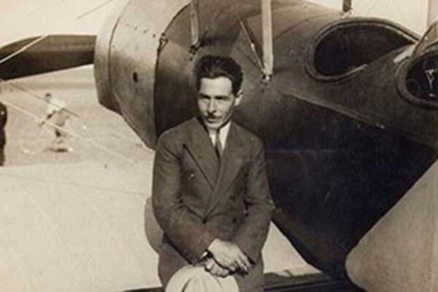 """Vecihi'nin kafasında uçak projeleri vardı ; fakat elinde motor yoktu. 1922'de İzmir'de havaalanını basıp Yunan uçaklarını kaçırdı. Bazılarının motorlarına TSK adına el koydu. Bu motorlardan birini kullanarak atölyesinde gece gündüz çalışıp imal ettiği özgün tasarım uçağıyla havalandığında tarihler 28 Ocak 1925'i gösteriyordu. Yere indiğinde Vecihi'den uçuş sertifikası istediler. Tabi ki elinde böyle bir belge yoktu. """"Heyeti oluşturun, sertifika verin"""" dedi. """" Belge verecek uzman yok"""" dediler. İzinsiz uçtuğu için aldığı ceza bir yana, uçağına da devlet el koymuştu."""