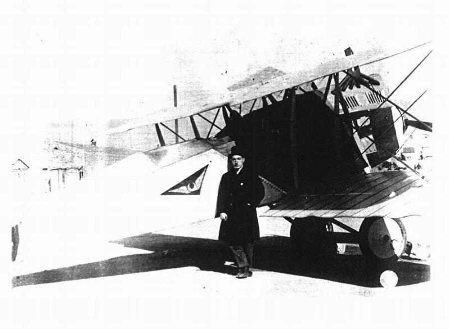 Türkiye'ye dönen Vecihi uçağıyla bir süre posta taşıyıp kargoculuk yaptı, ama ödeneği bir süre sonra kesildi. Vecihi ödeneğin kesileceğini hiç tahmin etmemişti. Mücadeleye devam kararı veren Vecihi Hürkuş, daha sonra Türk Sivil Tayyare Mektebi'ni kurdu. Nuri Demirağ'ın bağışlarıyla birkaç uçak daha yaptı. Mektepte birçok genç başarılı pilot yetiştirdi fakat Vecihi'nin yetiştirdiği pilotların diplomalarına hiçbir devlet kurumu denklik vermedi.
