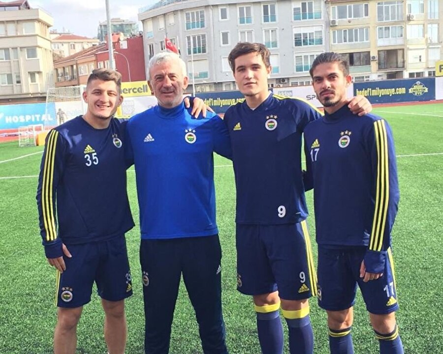 Hasan Özdemir ve öğrencileri A2 Ligi'nde 2013-2014 sezonunda şampiyonluk kupasını kaldırdı.