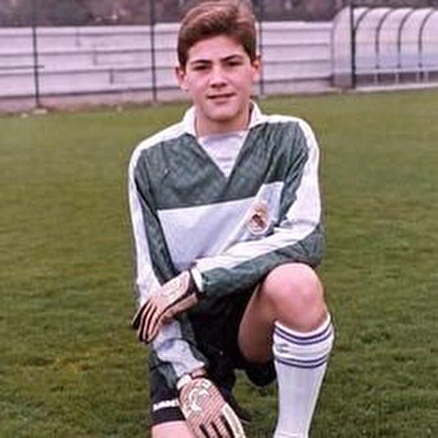Babası memur annesi ise kuaför olan Iker Casillas'ın Unai isimli bir erkek kardeşi var. Madrid doğumlu Iker Casillas futbola da Real Madrid altyapısında başladı.