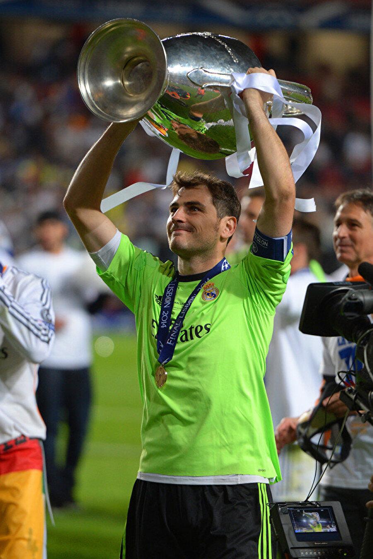 Casillas ayrıca 2002 ve 2014 yıllarında Real Madrid'le UEFA Süper Kupa başarısı yaşadı.