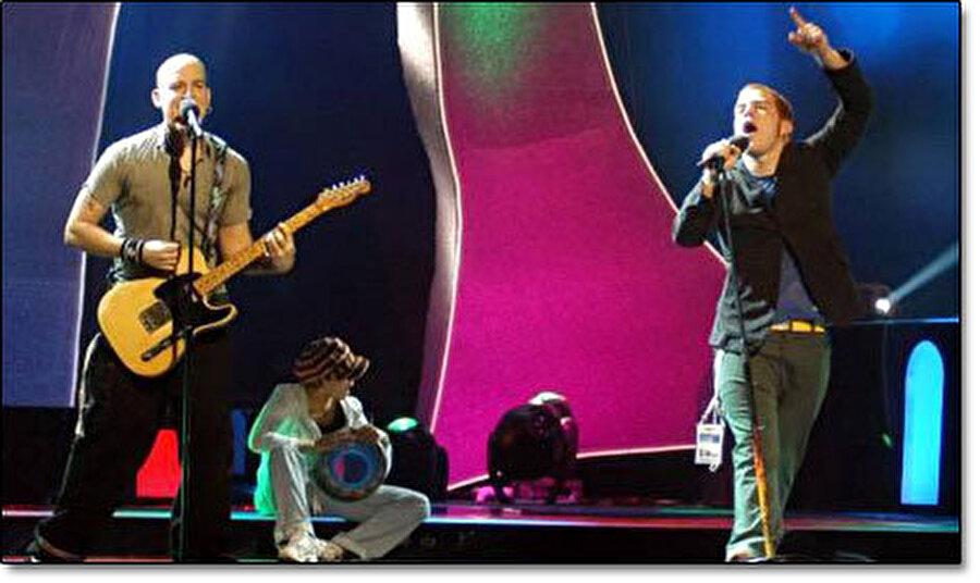 """2004 - Eurovision Şarkı Yarışması                                                                           Tarihinde ilk kez Türkiye'de düzenlenen Eurovision Şarkı Yarışması Abdi İpekçi Spor Salonunda yapıldı. Sema gösterisi ve çini projeksiyonları ile başlayan programda teknik ve organizasyon kusursuzdu, puanlama öncesi sahneye çıkan Anadolu Ateşi ekibi de beğeni topladı. Organizasyonun sunuculuğunu Meltem Cumbul ve Korhan Abay üstlendi. Athena, """"For Real"""" şarkısı ile Türkiye'ye dördüncülüğü getirdi."""
