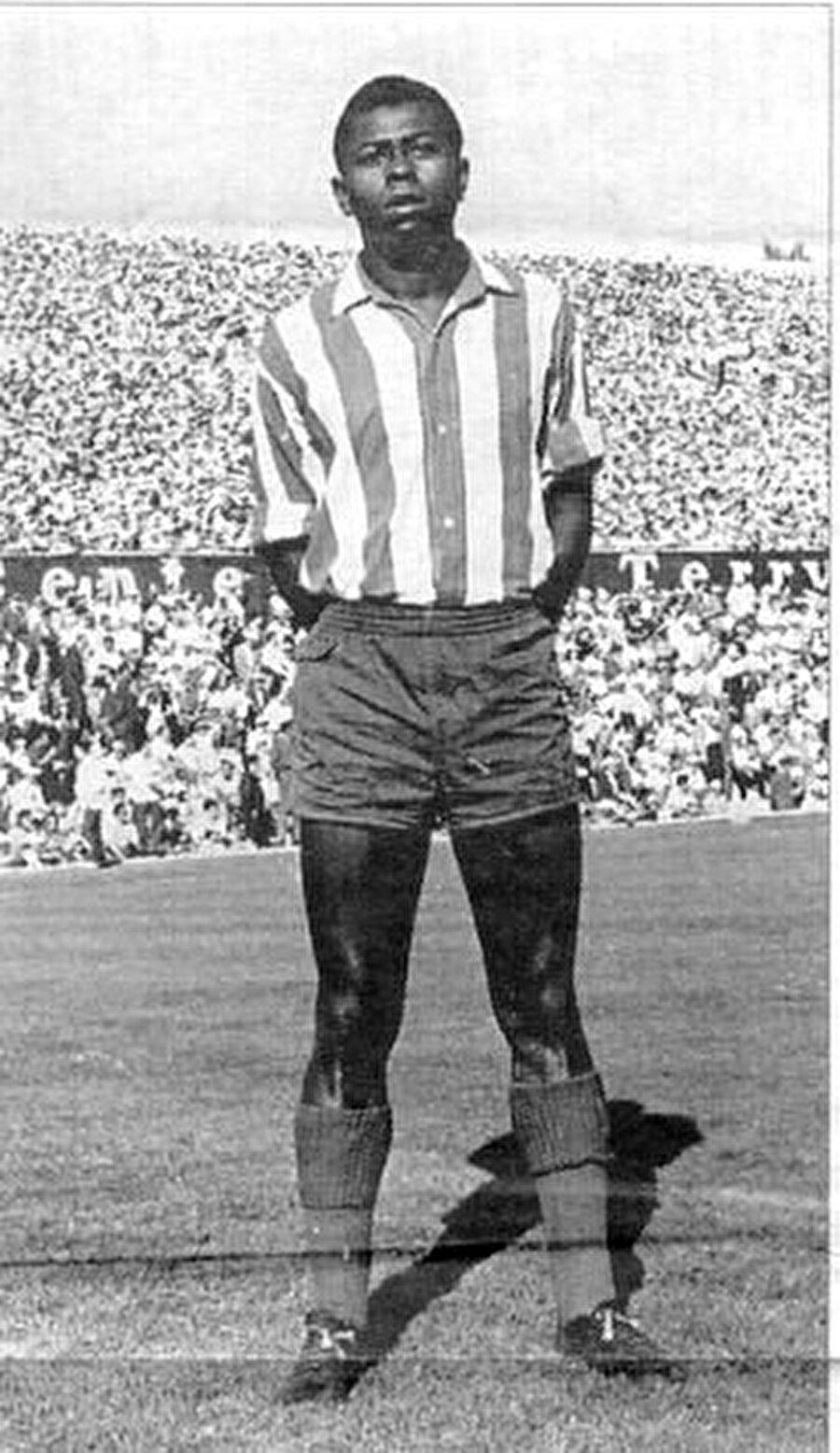 Roger Milla, 20 Mayıs 1952'de Kamerun'un ikinci büyük şehri olan Yaounce'de dünyaya geldi.  Küçük yaşlarda sürati ve yeteneği ile dikkat çeken Roger Milla, 1965 yılında yani 13 yaşında profesyonel kariyerine adım attı.