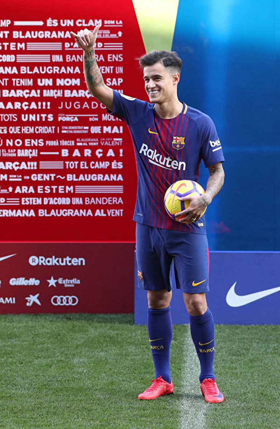 Philippe Coutinho Brezilyalı futbolcu Liverpool'dan Barcelona'ya 120 milyon Euro'ya transfer oldu.